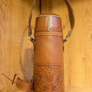 Disfrutá de tus mates con el mejor termo en cuero 100%, mantiene el calor por horas y es trabajo de artesanos paraguayos.