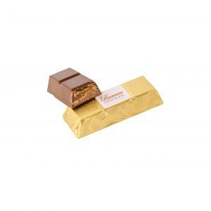 Deliciosa Barrita de chocolate con leche, rellena de caramel y mousse de avellanas.